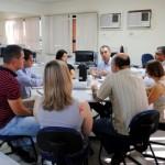 O professor José Roberto (ao fundo) explica aos técnicos da Funasa detalhes do projeto