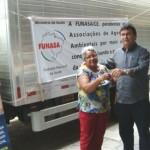 Lourdes Sousa, da AARV, recebe as chaves de Germano Fonteles: ''um dia inesquecível!'' (Foto: Suest/CE)