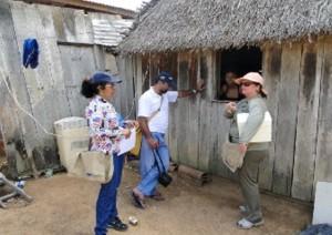 Moradores foram orientados a utilizar o hipoclorito na água e isolar os poços com cercas (Fotos: Suest/RO)