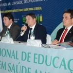 O presidente Gilson Queiroz, com Flávio Júnior (à esq.) e Henrique Pires (à dir.), discursa na abertura (Foto: Edmar Chaperman)