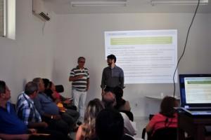 O superintendente Florivaldo Martins (ao fundo, à esq.) e Alberto Venturieri, do Nict: análise e orientação (Foto: Funasa/PA)