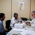 Pedro Teruel (à dir.) recebeu Robinho Almeida (ao centro) para debater investimentos (Foto: Funasa/MS)