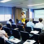 Glenda de Melo (ao fundo) durante sua apresentação no encontro com membros do Nict (Foto: Funasa/BA)