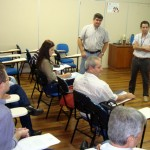 Em pé, Adenor Piovesan (à esquerda) e Otoniel, durante a apresentação, no encontro (Foto: Nayglon Goulart /Funasa SC)