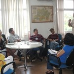 O superintendente Rômulo Cruz (em pé), durante participação no encontro com os técnicos (Foto: Funasa/AM)