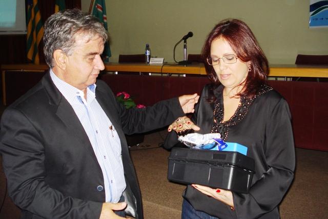 Márcia Freire entrega kit com clorador e medidor de água ao prefeito de Abadiânia (Foto: Suest/GO)