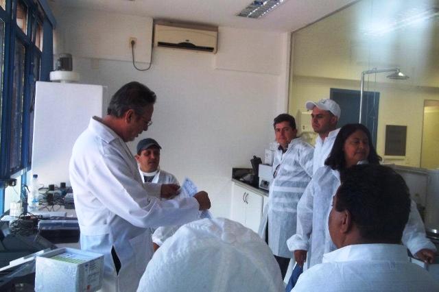 Aula prática em laboratório durante oficina com técnicos que operam sistema (Foto: Suest/GO)