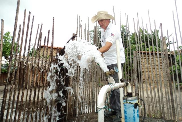 Pesquisador Júlio Reis faz coleta de água em um dos poços para exames (Foto: Suest/MA)
