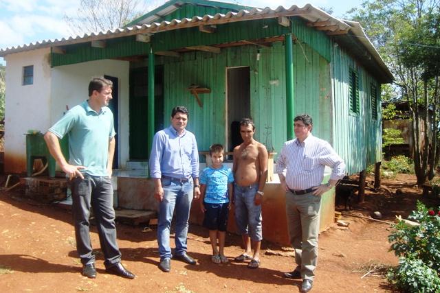 Morador João Silva (sem camisa) afirma que MSD mudou a vida da família (Foto: Nayglon Goulart)