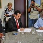 O Presidente da Funasa Henrique Pires, assina ordem de serviço na presença do superintendente da Funasa em MS Aristides Ortiz (à esquerda) e do governador do estado André Puccinelli (à direita) - Foto: Suest/MS