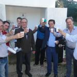 Foto: Suest/PR -  Autoridades e moradores fazem um brinde com a água tratada inaugurada no Matão do Caçador.