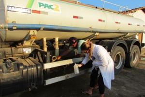 A água transportada para as cisternas, pelos carros-pipa, também foi coletada e analisada - Foto: Suest/RN