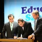 Presidente assinando Termo de Execução do Projeto de Saúde Ambiental - Crédito: Edmar Chaperman/Funasa