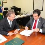 Foto: Edmar Chaperman - Presidente da Funasa, Henrique Pires e Deputado Federal, Pedro Chaves na assinatura de Portaria.
