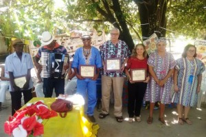 Foto: Suest/CE - Servidora Rita Soares sendo homenageada pela comunidade quilombola.