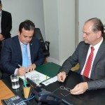 Presidente Henrique Pires assinando termo de posse - Foto: Edmar Chaperman
