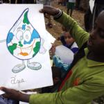 Criança do condomínio com o desenho das crianças da Vila Prudente-RJ - Foto: Divulgação.