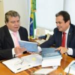 Presidente da Funasa presenteando ministro Sarney Filho com publicações da Fundação - Foto: Edmar Chaperman